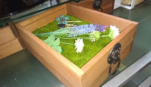 ダイソーのフェイクモスシートを木箱に敷く