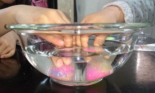 スーパーボール型ごと水に沈めて30秒間手で押さえる写真