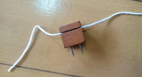 ダイソーのウッドプッシュピンに糸を取り付ける