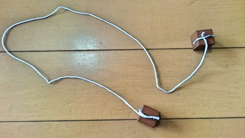ダイソーのウッドプッシュピンに糸を取り付けた写真