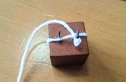 ウッドプッシュピンに糸を結びつける