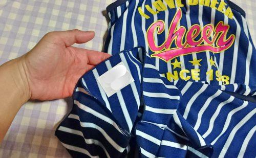 水着の裾、裏側にアイロン接着した伸びるネームテープ