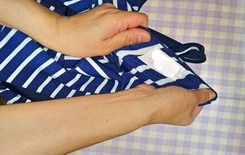 水着を引っ張って伸ばしても、伸びるネームテープは剥がれない
