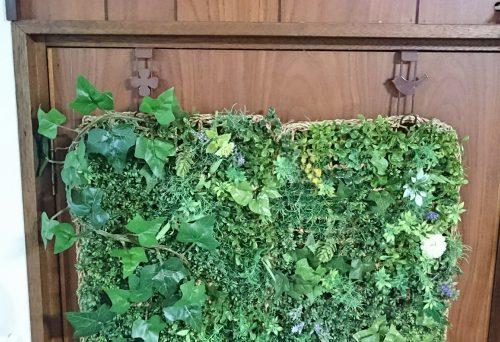 フックを使ってドア面を緑化した写真