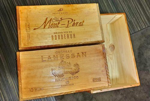 100均ダイソーの水性ニス(チーク)を一度塗りして乾燥させた後のワイン木箱