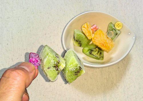 凍らせた果物の写真