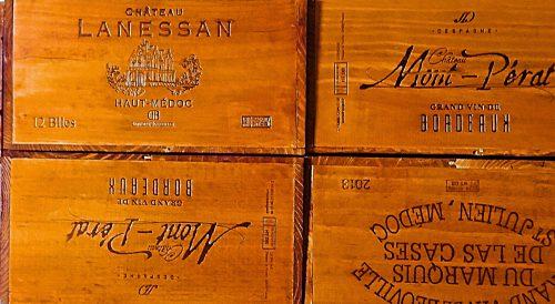 100均ダイソーの水性ニス(チーク)を二度塗りして乾燥させた後のワイン木箱