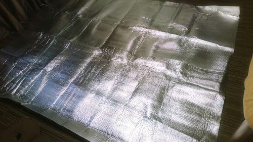 銀色の保温シートをホットカーペットの下に敷く