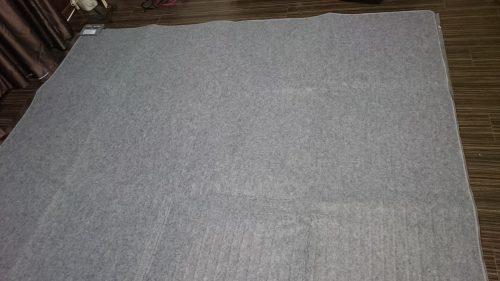 アイリスオーヤマのホットカーペットを広げた写真